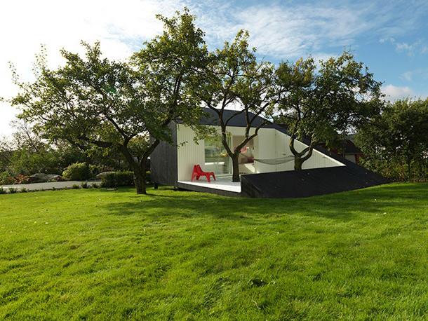 Пристройка для отдыха в уютном саду от Saunders Architects