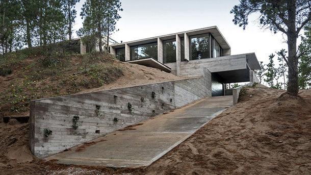Бетонный дом на две семьи от Besonias Almeida Architects