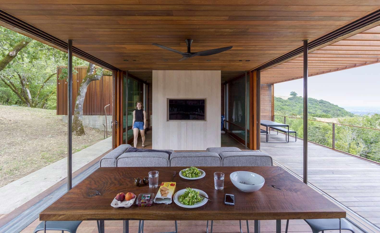 Кухня-столовая с большими окнами