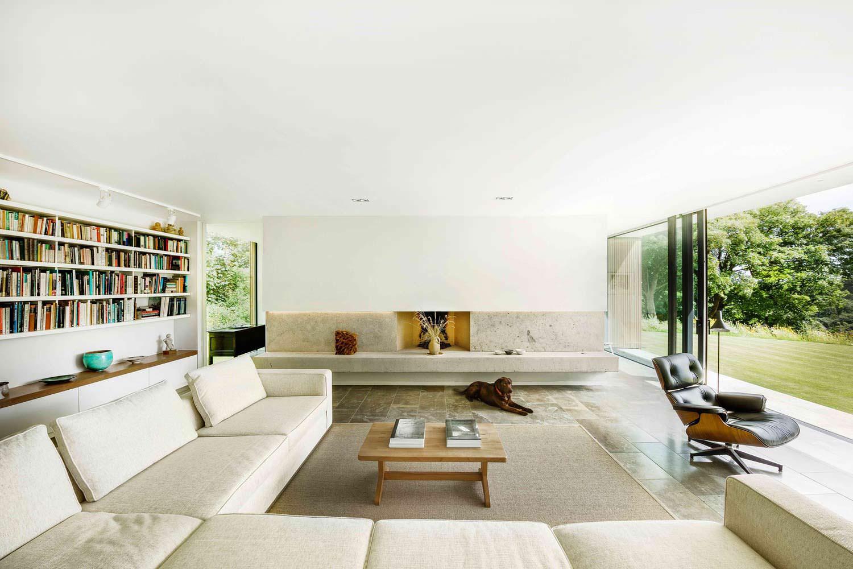 Огромный диван в гостиной. Дизайн Strom Architects