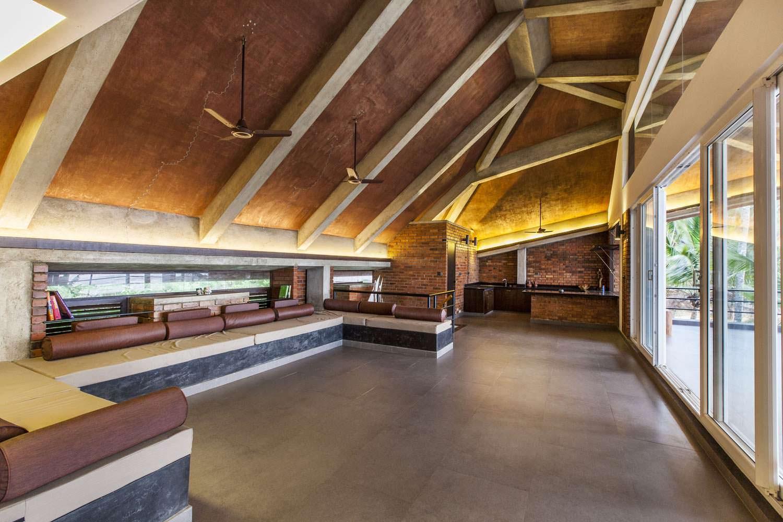 Гостиная с огромным диваном