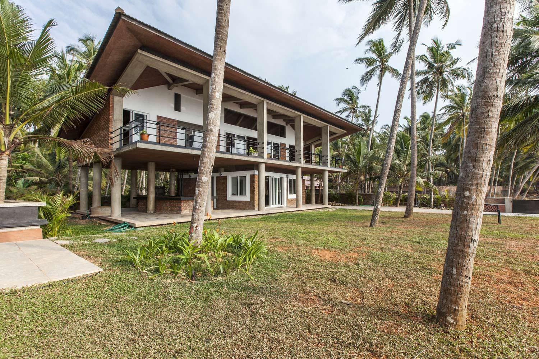 Двухэтажный дом на берегу моря