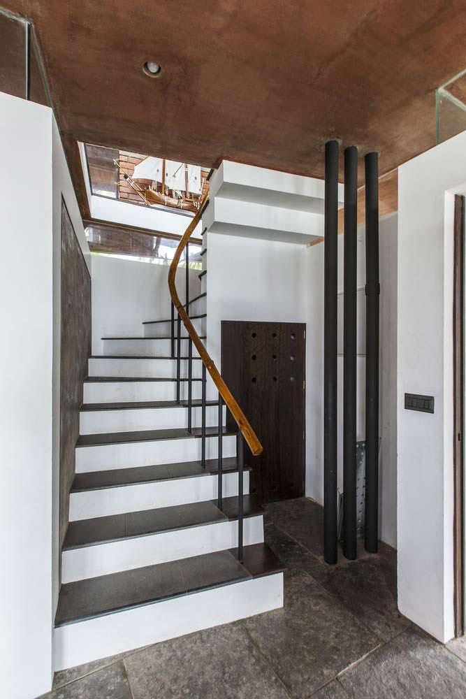 Интерьер дома с лестницей на второй этаж