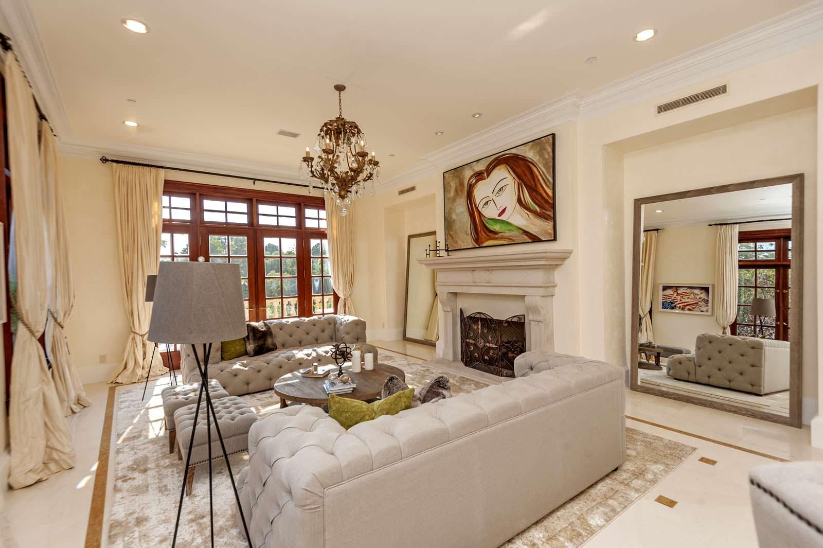 Комната с камином и диванами