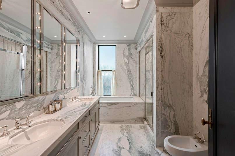 Мраморная ванная комната в номере отеля «Плаза» в Нью-Йорке