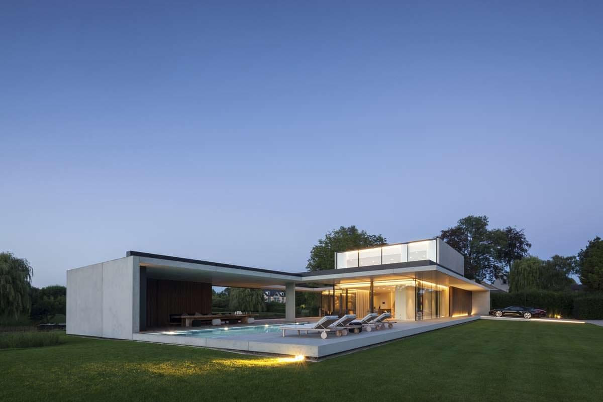 Красивый дом на берегу реки