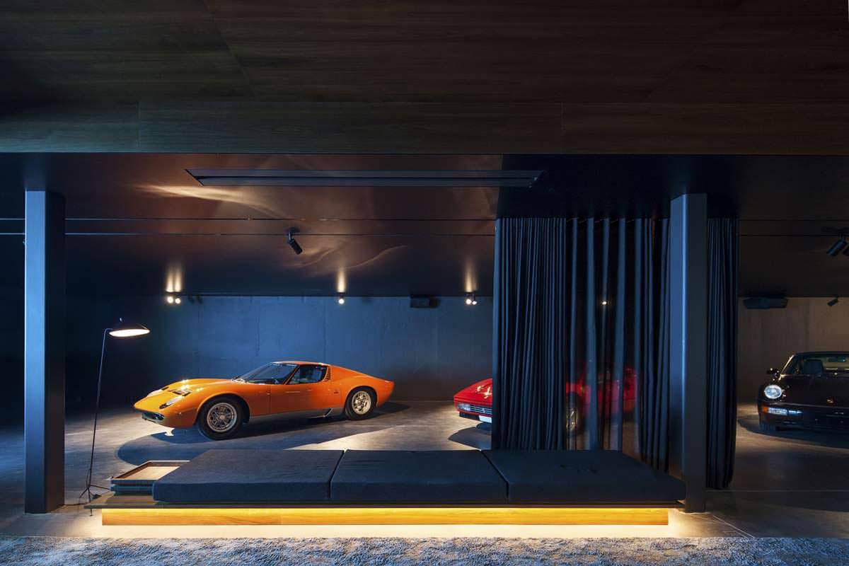Автомобили в гараже под землей