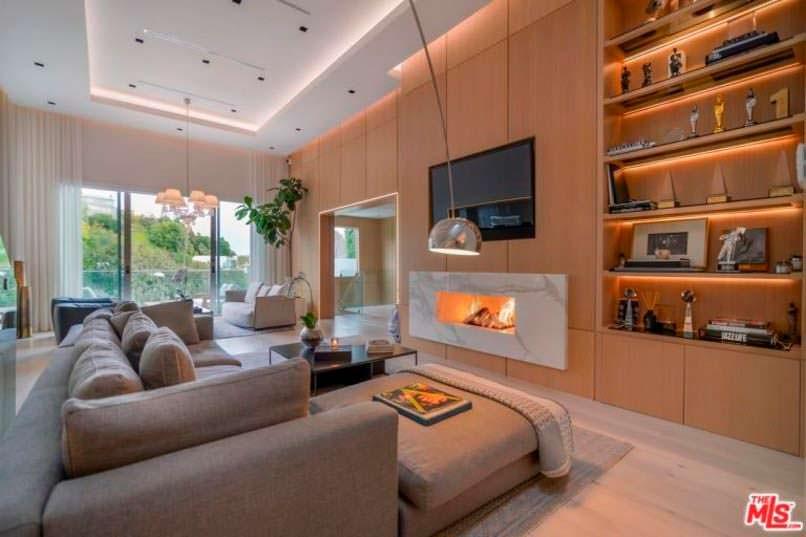 Фото   Мраморный камин в интерьере гостиной