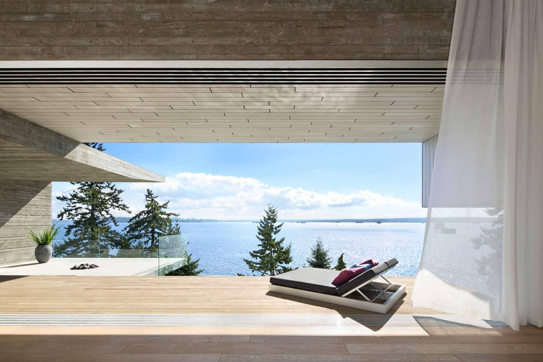 Красивый пейзаж моря с террасы дома