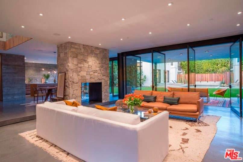 Двухсторонний камин в дизайне гостиной Дианы Крюгер