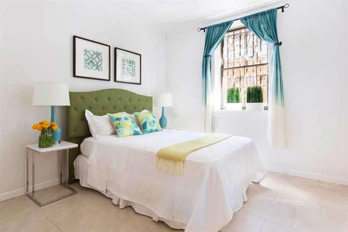 Фото | Дизайн спальни в светлых тонах в доме Криса Рока