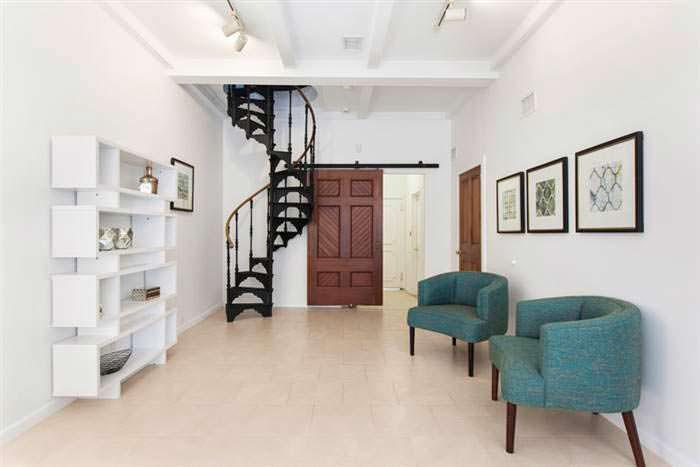 Металлическая винтовая лестница в дизайне дома