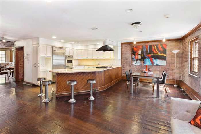 Кухня с барной стойкой в историческом доме Криса Рока