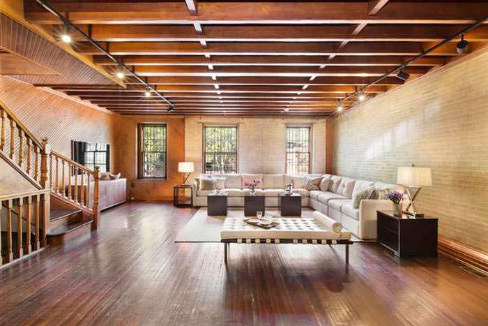 Потолок с деревянными балками в дизайне гостиной Криса Рока