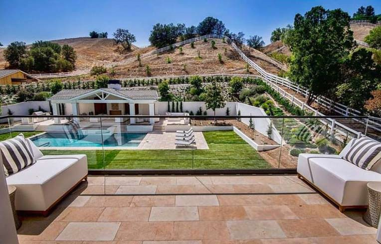 Вид с террасы во двор с бассейном и спа