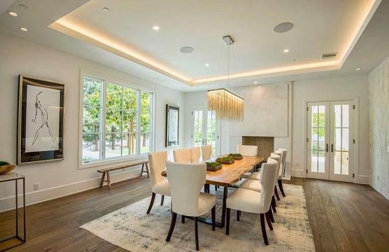 Дизайн светлой столовой с панорамными окнами