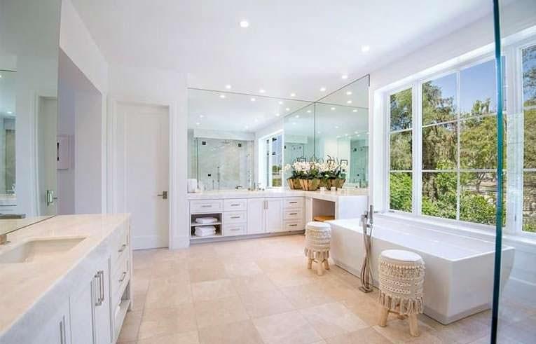 Современный дизайн ванной. Мрамор и стекло