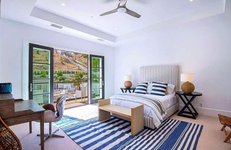 Спальня с видом на оливковую рощу в Хидден-Хилс
