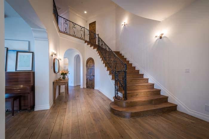 Дизайн деревянной лестницы на второй этаж в доме Лорен Карен