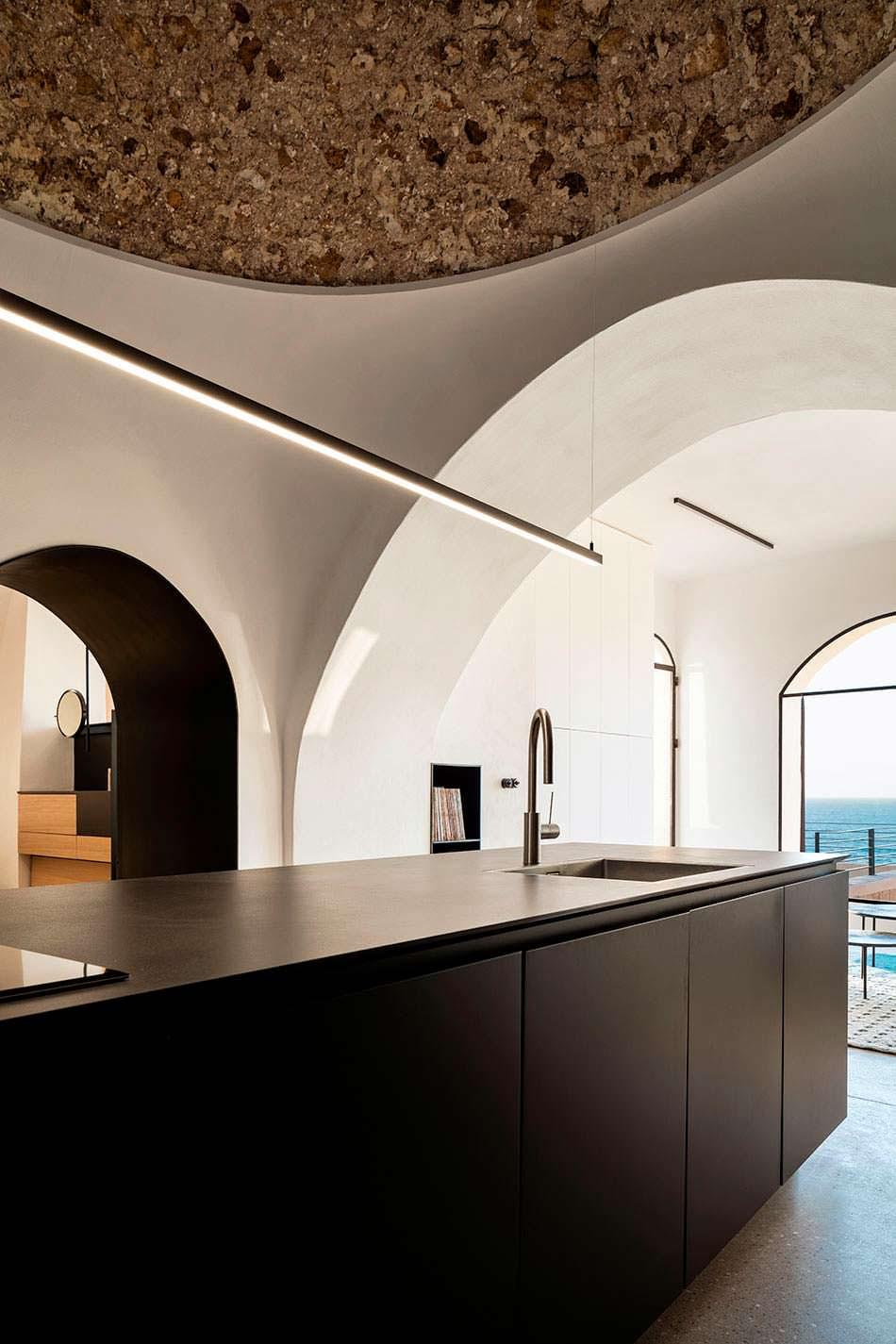 Дизайн кухни в стиле минимализм в квартире-пещере