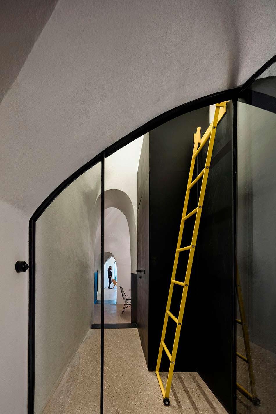 Дизайн узкого коридора с арками вместо дверей