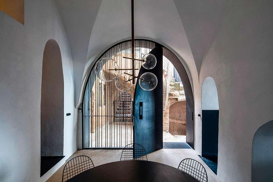 Арочный дизайн квартиры-пещеры от Pitsou Kedem Architects