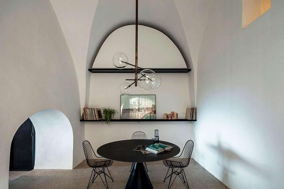Дизайн обеденной зоны в арочной комнате