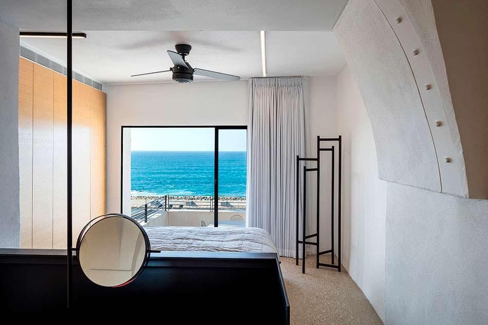 Спальня с панорамным видом на море в городе Яффа