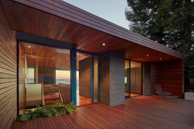 Дом от Terry & Terry Architecture отделан красной древесиной