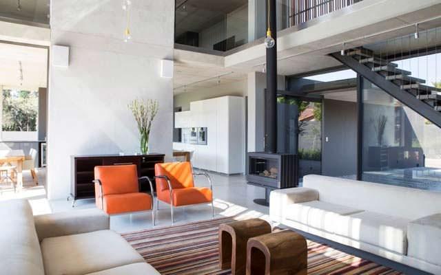 Минималистский дизайн гостиной в доме от Thomas Gouws Architects