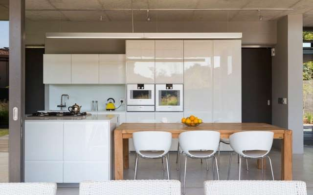 Современный дизайн кухни в доме от Thomas Gouws Architects