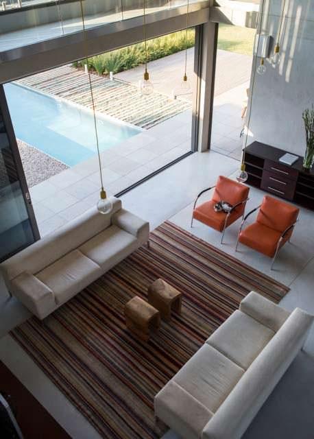 Комната в доме с выходом к бассейну