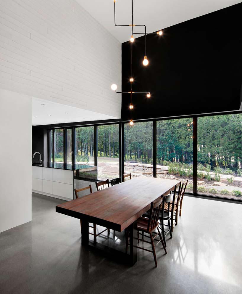 Современная кухня-столовая в доме. Дизайн ACDF Architects
