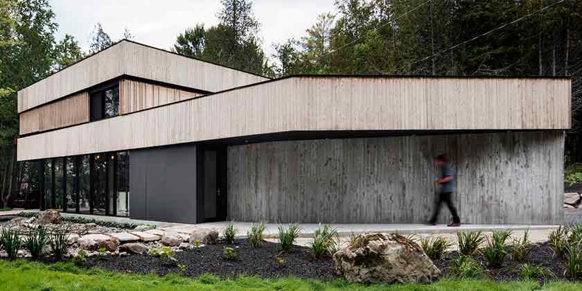 Дом на берегу озера с деревянным фасадом от ACDF Architects
