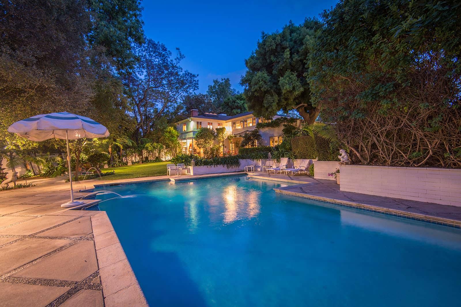 Вид на дом Одри Хепбёрн со стороны бассейна во дворе