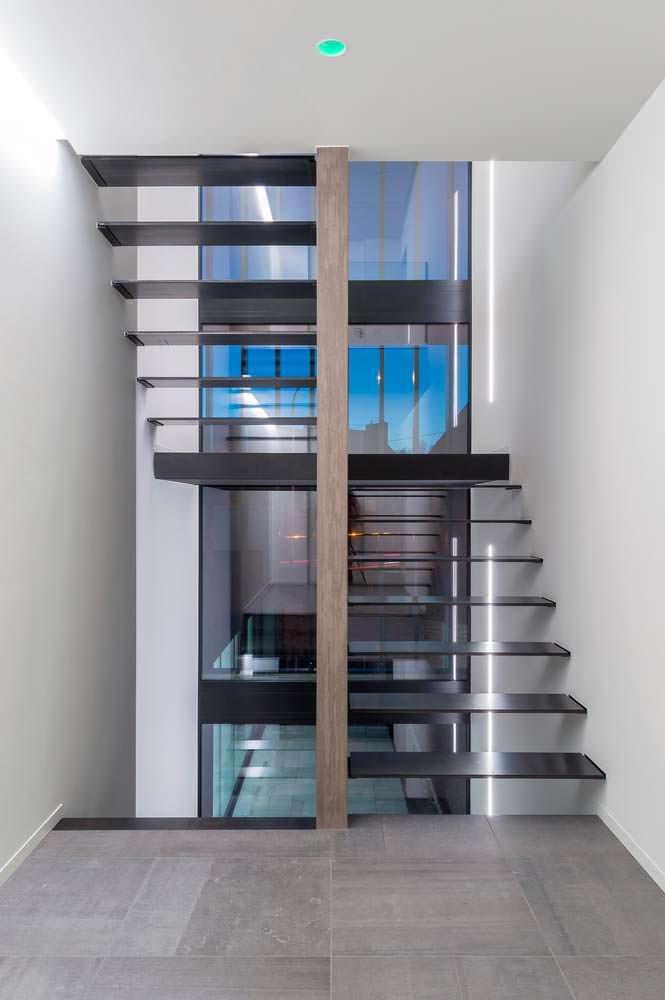 Hi-Tech лестница: сталь и стекло