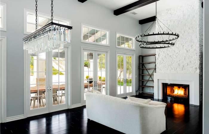 Черно-белый дизайн гостиной с камином