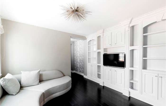 Черно-белый дизайн комнаты с телевизором и диваном