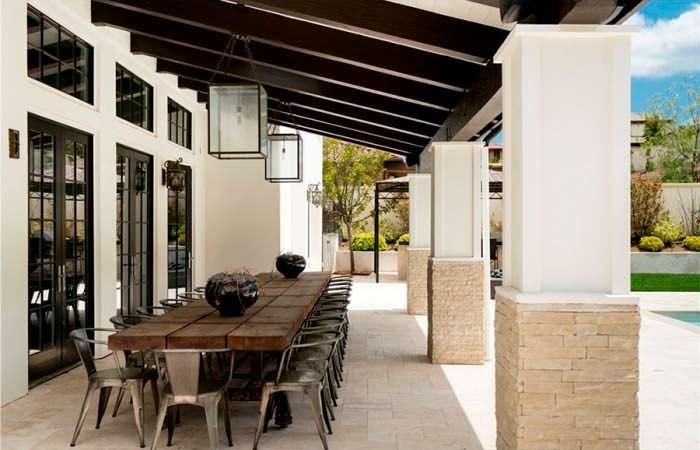 Столик под навесом на заднем дворе дома в итальянском-стиле