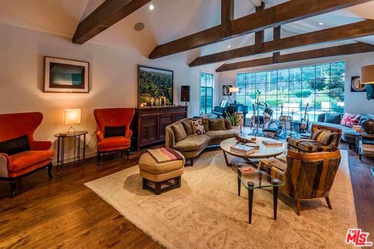 Дизайн гостиной с панорамным окном в доме Кейт Уолш
