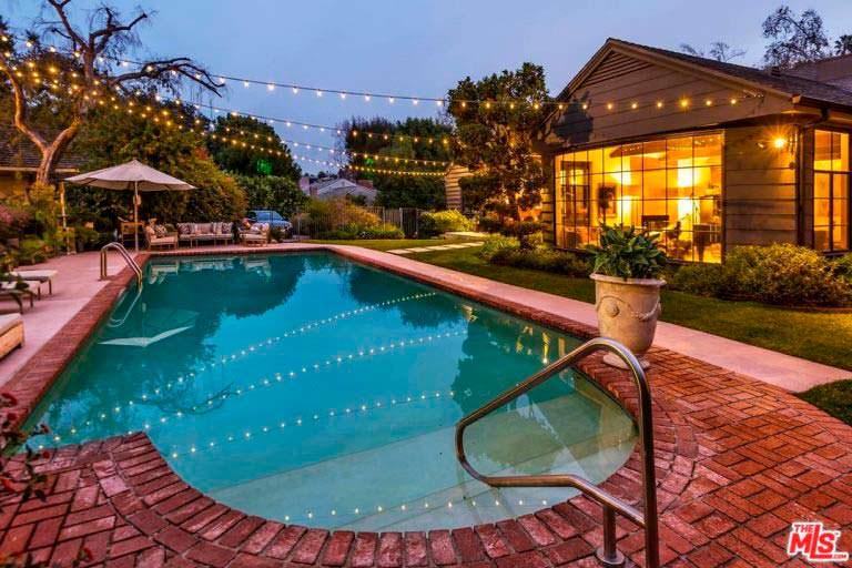 Красивый бассейн у дома в Энсино
