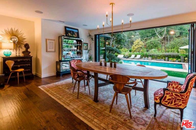 Вид на бассейн из дома Кейт Уолш