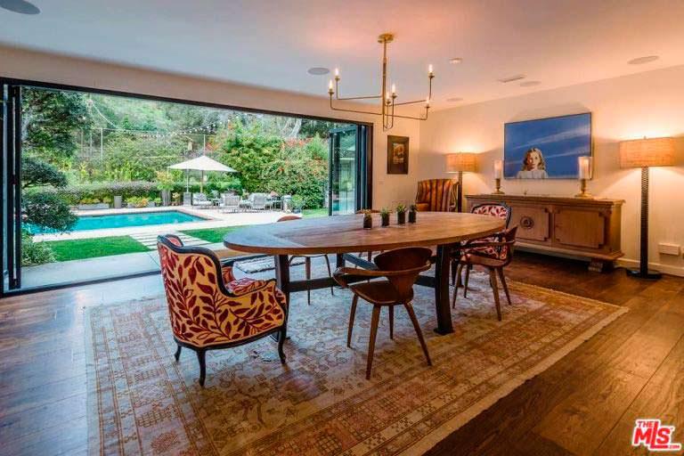 Красивый стол на ковре в интерьере