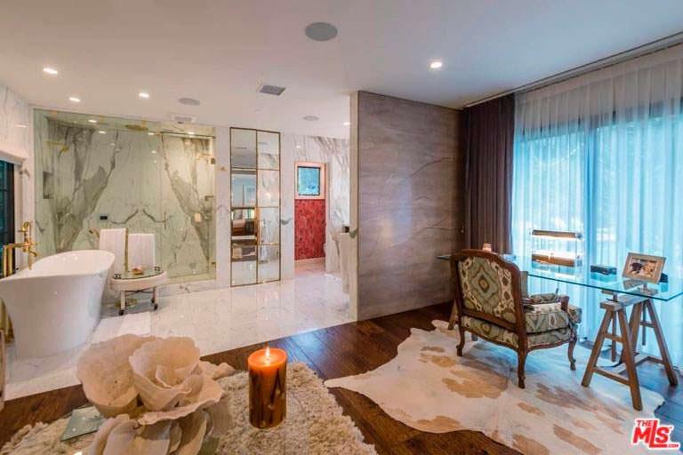 Мраморный дизайн ванной комнаты в доме актрисы Кейт Уолш