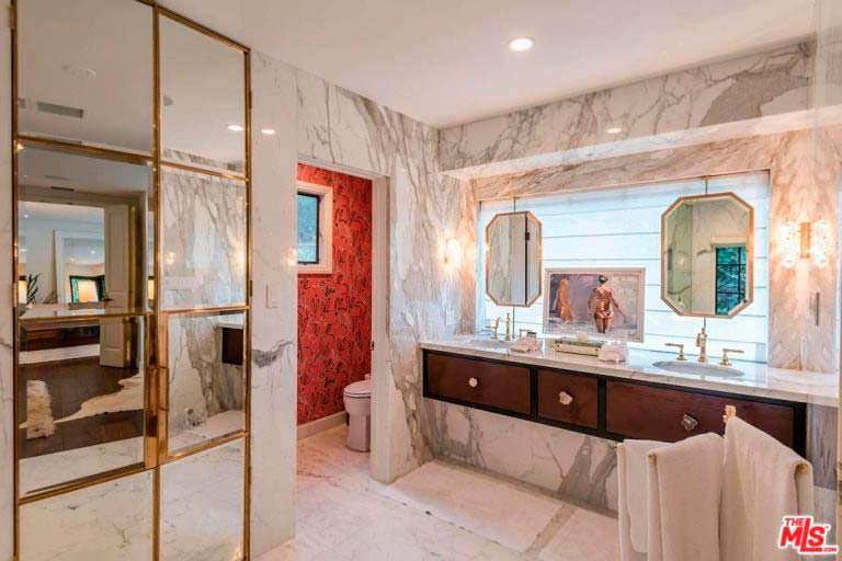 Мраморная ванная комната в доме актрисы Кейт Уолш