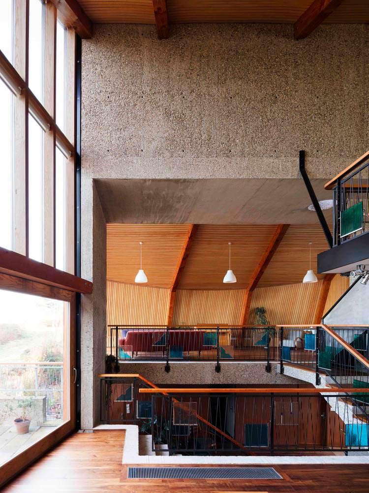 Современный дом у озера от Mole Architects