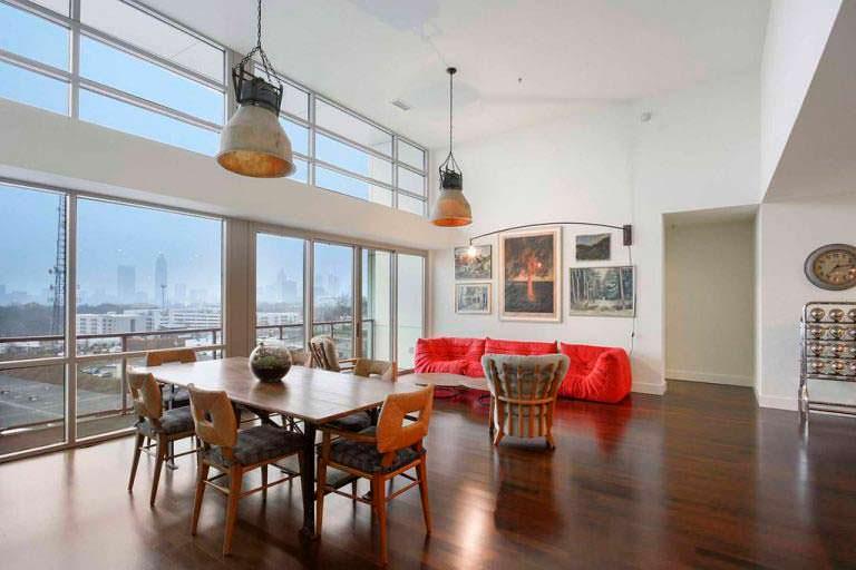 Зал в квартире Элисон Ханниган с панорамным видом на Атланту