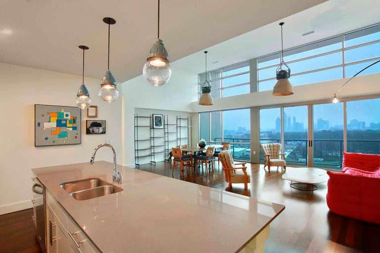 Панорамный вид на Атланту из кухни в пентхаусе