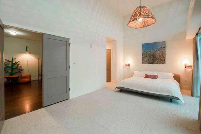 Спальня в европейском стиле в квартире Элисон Ханниган