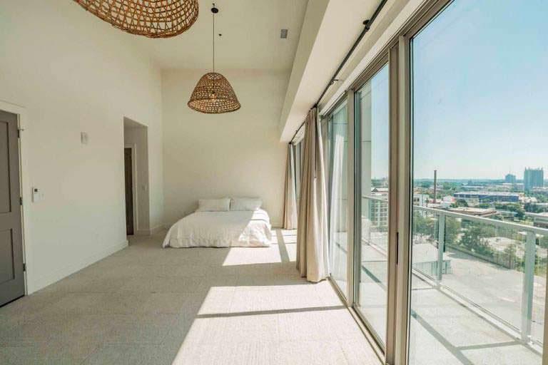 Спальня с панорамными окнами в квартире Элисон Ханниган